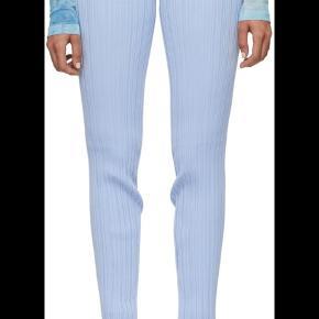 Lyseblå rib bukser fra Acne Studios. Bukserne er i elastisk materiale og har flæser for enden af buksebenet. Model hedder: Kace Irregular Rib Pants Blue De er aldrig blevet brugt mærket sidder i
