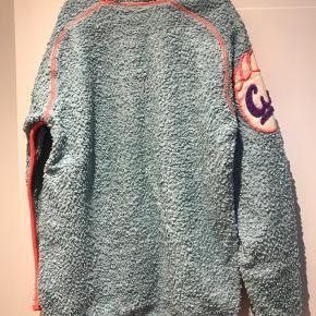 Molo bluse med lynlås. Har en udtrækning bagpå, se billede 3.  Kom med et bud.