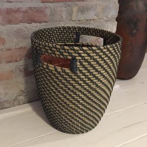stor flot flettet potteskjuler grå og natur med plastindsats og 'håndtag'. Højde 32cm, diameter 29cm. 50kr Kan hentes Kbh V