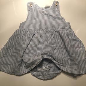 Sød sommerkjole - er vasket 1 gang men nåede ikke at tage den i brug Matchende hårbånd medfølger   Afhentes i Esbjerg