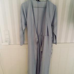 Fin kimono i sart blå. Har kun brugt den en enkelt gang til mit barns barnedåb.