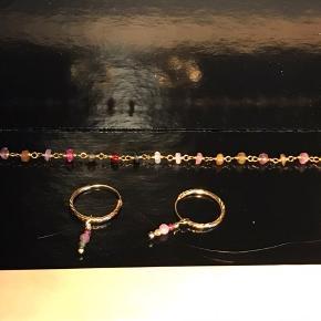 Enkelt og meget smukt smykkesæt i forgyldt sterlingsølv. De petit creoløreringe er med mønster og med små ægte facet turmalin perler. Du kan også rage perlerne af og bruge creoler alene. Armbåndet er ligeledes med ægte facet turmalin perler.