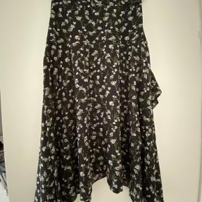 Nederdel med lynlås i siden og elastik bag på. Brugt få gange