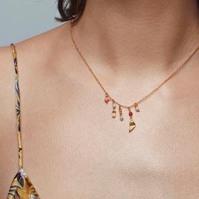 Overvejer at sælge min roberta halskæde  Ingen tegn på slid  Sterling sølv (925) belagt med 18 karat guld Længde: 42 cm Udsolgt over alt En del af Maanesten's indian sommer kollektion Har små ædelsten i ruby, rød onyx og hvide ferskvandsperler.