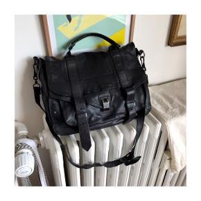 Jeg sælger denne Proenza Schouler PS1 Large taske i sort, da jeg rydder ud i min taskesamling. Tasken er brugt meget, og det kan også ses (derfor den lave pris). Se billeder 😊 Jeg handler via Tradonos sikre handelssystem!