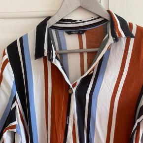 Skjortekjole. Trekvart ærmer. Bindebånd. Fuld længde 100 m. Brystvidde 50*2 cm