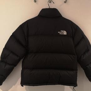 Super fin North Face jakke, købt sidste vinter og brugt få gange. Der medfølger kvittering og tags.