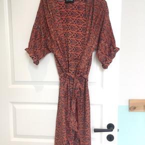 Den smukkeste kjole fra Sissel Edelbo i silke. Billede 3 viser bedst farven. Den er så lækker at have på.