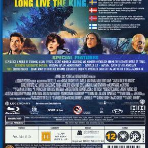 0459  Godzilla 2 - King Of The Monsters -  Blu-Ray - Dansk Tekst - i FOLIE   Denne nye historie følger den heroiske indsats fra det crypto-zoologiske agentur Monarch, imens at dets medlemmere prøver kræfter med gigantiske monstre, som inkluderer den mægtige Godzilla der selv er i kamp imod Mothra, Rodan og sit ultimative nemesis den trehovede King Ghidorah. Når disse ældgamle superskabninger, som man troede var myter, endnu engang går på jorden, vil de alle sammen kæmpe for herredømmet, hvilket kan bringe hele menneskehedens eksistens i fare.