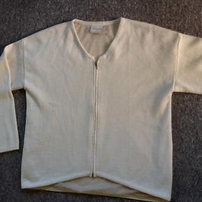 Varetype: Trøje med lynlås Farve: Råhvid  Lækker trøje foret med mesh. Brystvidde 2x60 cm, længde 65 cm skulder ned på ryggen. 50 % merino uld, 50% polyacryl