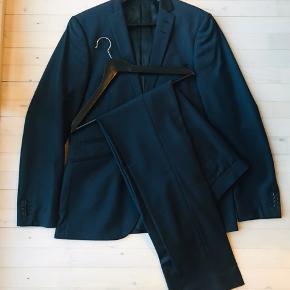 Slimfit jakkesæt fra Tiger of Sweden. Style Nedvin. Str 50. Navy blå. Kun brugt få gange grundet forkert størrelse.