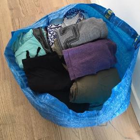 En stor Ikea pose med blandet pigetøj. Bluser, bukser, trøjer. Fejler ingenting.