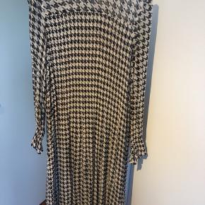Kjolen er gået op i stoffet et par steder, derfor den billige pris.