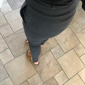 To par five units bukser sælges Nr. 1 slidt læder look  Nr. 2 habit bukser  Str. 25