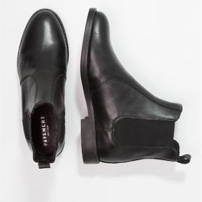 Kort støvle fra Pavement Oprindelig købspris: 900 kr.  Fine støvler, Kun brugt 1 x.   Bytter kun til penge og handler mobilepay. Sender afsted med DAO. Prisen er incl. porto.  Se mine øvrige annoncer nu du er her. :-)