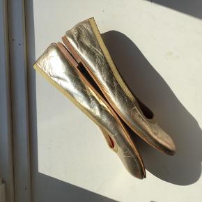 Guldballerinaer fra Ganni sælges, da de desværre er lidt for små til mig. Skoene er af læder. De har fået lidt skrammer rundt omkring. Flere billeder kan sendes. Kan ses og prøves på Islands Brygge, Kbh S.   Bytter ikke. Ønskes TS- handel betaler køber gebyrerne.