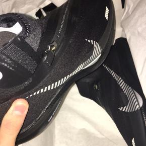 The Nike Zoom Pegasus Turbo Shield delivers your favorite lightweight running shoe in a smart, weatherized design, so you can continue training in confidence despite those dark and rainy months.  DS - med tags og kvittering (ikke prøvet på) Kan meetup i KBH, eller sendes. 1300 ved meetup