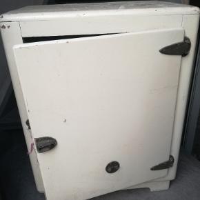 Gammelt køleskab fra dengang man ikke brugte strøm til den slags. Mangler håndtag, men er ellers i fin stand. Kan bruges som alm. skab el. lign.