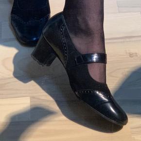 Vintage Portland sko i suede og blankt  læder Størrelse 35, men passer godt mig, som normalt bruger 36. De er brede i modellen, så det er nok derfor. Klassiske, fine selskabssko, som er nemme og behagelige på.