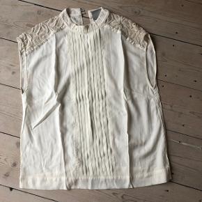 Fin let skjorte bluse med blinde detaljer Nypris 1000kr