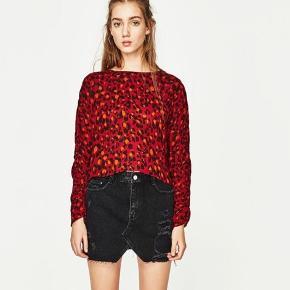 Så fin bluse fra Zara med rynkede ærmer og slids i ryggen ❤️ (lille i størrelsen)