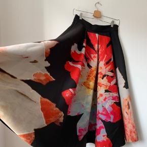 SMUKKESTE nederdel. Helt igennem fantastisk. Købt i London. Str 38.  Sælger kun fordi den er blevet for lille efter graviditet