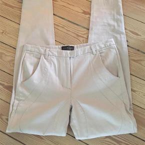 Varetype: bukser jeans Størrelse: 30 Farve: kit Oprindelig købspris: 800 kr.  Rigtig fine velsiddende jeans med god stræk og super pasform. Brugt en gang.