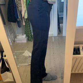 Straight pants fra mango (lagt op så de passer en på 1.67) De er navy blå (ligner sort på billedet)  Str 34 Pris 100,- pp
