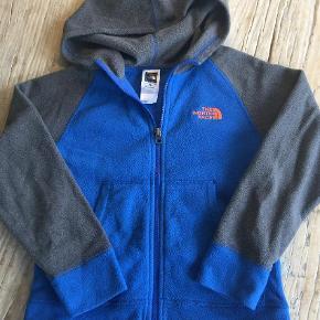 Varetype: Fleece trøje Farve: Blå Prisen angivet er inklusiv forsendelse.  Se også mine andre annoncer.   Fleecetrøje i fin stand.