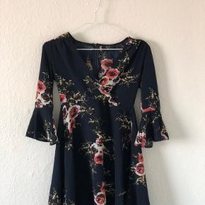 Så fin og let kjole med v-udskæring, åndeligt materiale