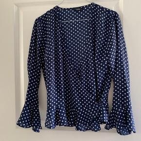 Bluse med slå-om fra Project Unknown. Brugt få gange og er i god stand.