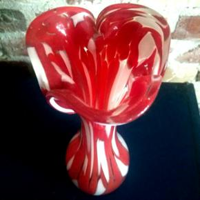Fin rød/hvid vase. Ingen skår. Skal afhentes på Frederiksberg