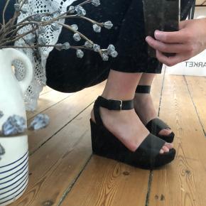 Zara hæle, i læder og ruskind, med guldspænde. Kun brugt 1 gang til gallafest.