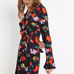 Sælger denne kjole med blomster print fra Envii i str xs da den ikke lige er mig. Jeg har kun prøvet den på, og ellers har den bare ligget i bunden af kommoden.
