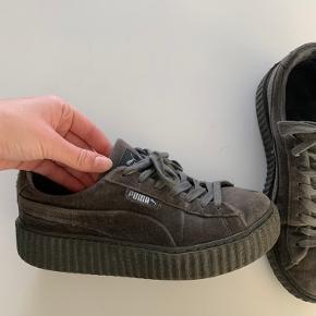 Super fine Puma x Rihanna sneakers i grå velour.