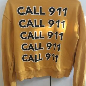 Super fin sweater fra na-kd. Med tekst på ryggen (Call 911)  Køberen betaler fragt;)