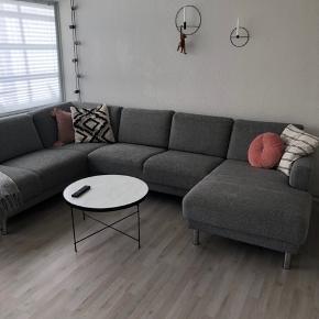 U sofa fra Idemøbler   Brugt i 2 år. Fejler intet udover de skjolder, som kan fjernes med alm. tekstil rens.   Mål:  L: 308  B/D: 208 H: 81