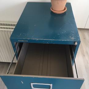 Arkivskab i petroleum. (Spraymalet af tidligere ejer). Står på gulvtæppe, så det ikke ridser gulvet/ er nemmere at flytte  Højde: 101  Bredde: 47 cm  Dybde: 62 cm   Hentes af køber.