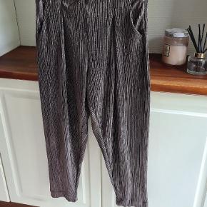 Super fede bukser. Brugt et par gange og er som ny.  De er i den mørke metalic farve.
