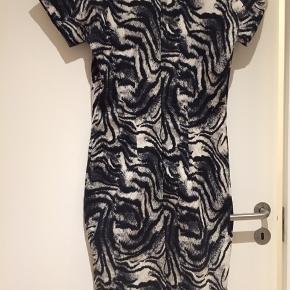 Helt ny super fin kjole i str 40. Kun prøvet på. Nypris 1700 kr. Sælges mega billigt 😊