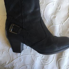 Sort Tamaris støvle med en hælhøjde på ca 5 cm, brugt tre gange , meget velholdte.