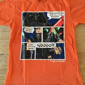 Varetype: T-shirt Farve: Orange  Tryk i perfekt stand. Farve medfødt let-falmet orange.