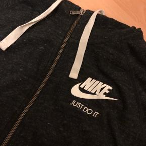 FLYTTESALG  ALT SKAL VÆK  BYD   Nike trøje i lækker, blød kvalitet  Str L   Brugt 2 gange  (Sælger også bukser, der matcher - se mine annoncer)   Sender med DAO (Trendsaleshandel)