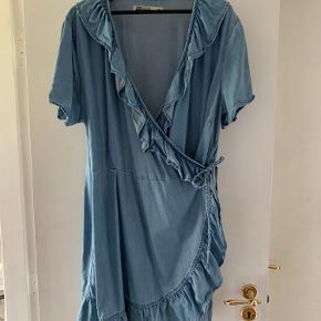 Denim slå om kjole, aldrig brugt men vasket. Skal stryges.