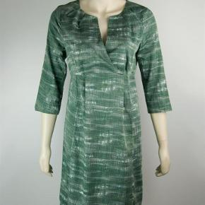 Varetype: Kjole Farve: Grøn Oprindelig købspris: 750 kr.  Sød kjole med 3/4 ærmer.   Porto er estimeret. Korrekt beløb kommer ved bud.