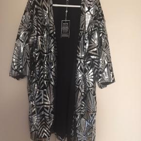 """Zhenzi fest """"kimono"""" i sort/sølv Den er helt ny den er desværre blevet for stor"""