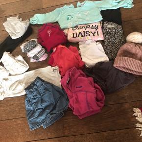 """Rigtig fin vinter tøjpakke til pige str. 92/98  Perfekt til skiferie indeholder: to uldsæt (HH og Bergans) et sæt fleece fra Bergans. Tre langærmede, to leggings ene i leopard andet i sort med lidt glimmer, et sæt gymnastik tøj, 7 par strømper, to undertrøjer, en """"nytårs"""" kjole i sølv, en cowboy nederdel og en pomp de Lux T-shirt."""