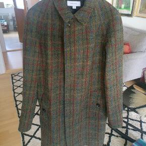 Virkelig flot frakke fra soulland lavet i samarbejde med Harris tweet. Modellen kaldes boge wool Harris tweet. Den er kun brugt et par gange og står som ny.  Nypris Ca. 3500 Mp. 1200