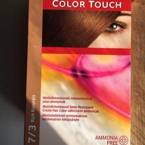 Semi-permanent, intensiv toning, brun - 7/3  WELLA hårfarvetoner, uåbnet og ubrugt   Farv dit hår hjemme og få et fantastisk glansfuldt resultat! Med denne hårfarve fra Wella får du alt du behøver til at farve dit hår uden at gå til frisøren. Farven er uden ammoniak og er nem at bruge.  Ved hjælp af Light2color teknologi efterlader den håret glansfuldt og med en skinnende farve. Farven giver op til 63% mere glans sammenlignet med ubehandlet hår.  Pakken indeholder: - 1 Tube Color Touch 40 ml. - 1 Applikatorflaske Emulsion 6 Volume (1,9) 80 ml. - 1 Pose Wella Proffesionals Brilliance Treatment 10 ml. - 1 Par handsker. - Brugsanvisning.