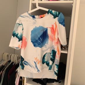 Y.A.S bluse/t-shirt i str. S.  Passes af en XS.  Afhentes i Vemmelev, Solrød Strand, Østerbro eller sendes på købers regning.